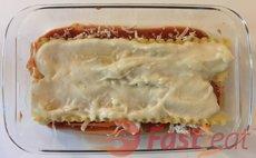 Adicione outra camada com os macarrão de Lasanha prontos para o forno, uma concha de molho Bechamel (branco), o frango, a mussarela e polvilhe com orégano.