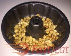 Despeje a mistura de maçãs picadas na forma de buraco preparada e adicione a massa.