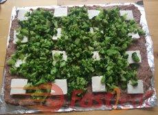 Cubra com brócolis e pedaços de cream cheese, deixando aproximadamente 1/2 pol. (1-2 cm) de bordas.