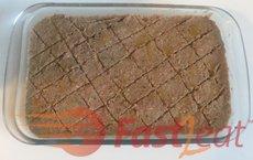 Corte o quibe em diagonal para formar pequenos losangos, cortando até o meio, mas não até o fundo do prato.
