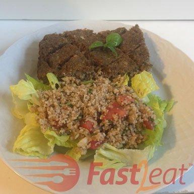 """Sirva o tabule sobre folhas de alface fresca com o <a href=""""http://fast2eat.com.br/recipe/kibe/"""">Quibe assado Fast2eat</a> ou com folhas de alface ou pita, que atuam como envoltórios ou """"barcos"""" para o tabule."""