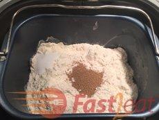 Insira cuidadosamente a forma na Máquina de pão e feche suavemente a tampa. Conecte o cabo de alimentação a uma tomada de parede.