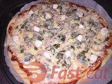 """Coloque coberturas sobre o molho. Pelo menos 200 g (0,5LB) de queijo muçarela em cada pizza. Para inspirações, dê uma olhada nestas <a href=""""http://fast2eat.com.br/pizza-toppings/"""">Sugestões de recheios de Pizza Fast2eat</a>."""