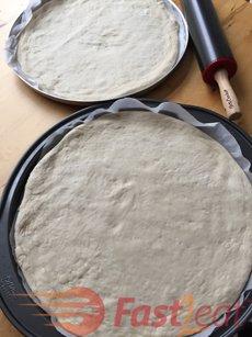 Faz massa suficiente para duas pizzas de 35 cm (14 polegadas) , ou duas pizzas de espessura grossa de 30 cm (12 polegadas).