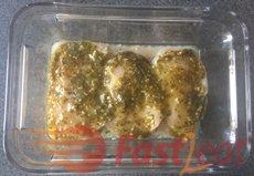 Espalhe pesto em cada peito de frango. Se você não tem pesto caseiro, você pode usar um comprado pronto.