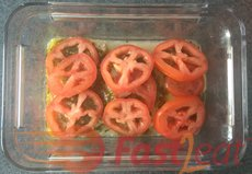 Coloque tomates em cima do frango. Eu costumo remover as sementes dos tomates.