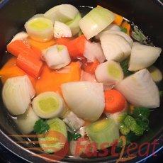 Cozinhe todos os ingredientes, menos o creme de leite, na panela de pressão elétrica por 10 a 15 minutos.