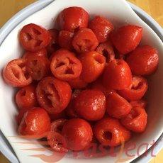 Coloque os pedaços de tomate em uma peneira  e misture sal e açúcar. Aguarde uns 30 minutos para drenar o líquido.