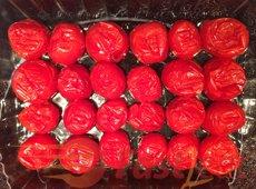 Retorne os tomates para a assadeira e organize-os em uma única camada, com a superfície de corte para baixo (cascas para cima).