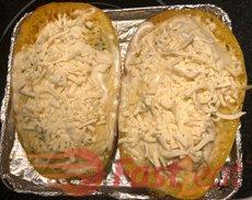 Em seguida, basta colocar seu molho favorito, um pouco de queijo e prove.