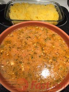 Coloque o molho por cima do macarrão e misture bem até ficar bem incorporado.