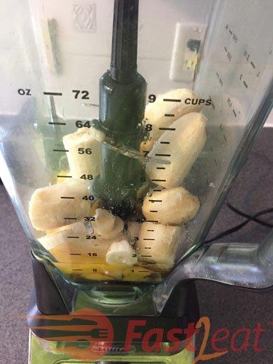 Bata no liquidificador os ovos, óleo, 2 bananas, o açúcar mascavo